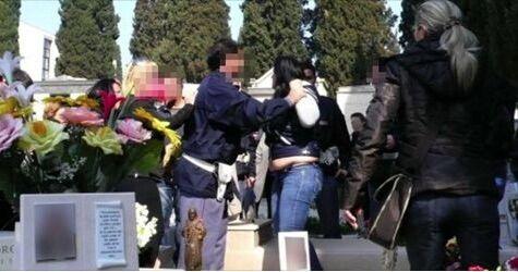 Campania, mazzate al cimitero: amante e vedova litigano sulla tomba del defunto