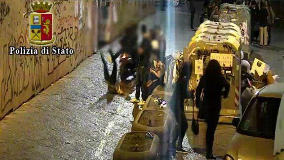 Napoli, violenta rapina al centro storico: arrestata una 37enne. VIDEO