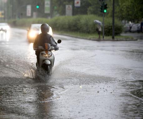 Napoli, tragedia del maltempo: cade dallo scooter e muore schiacciato a 35 anni
