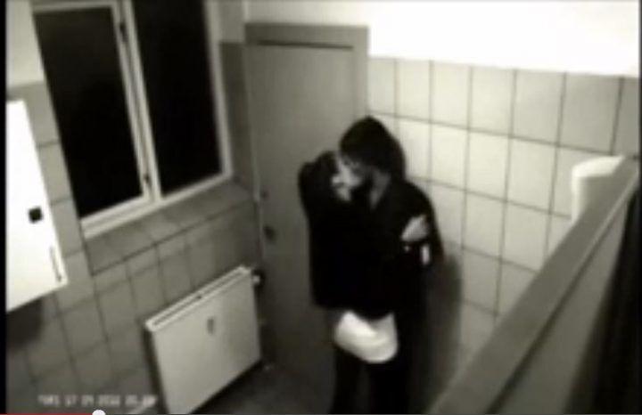 """Sesso nei bagni e ricatti hot, scandalo a scuola: """"Girami foto nude o dico tutto"""""""
