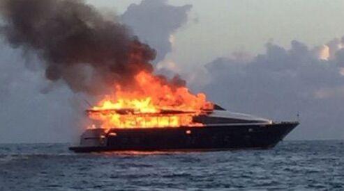Paura in porto, in fiamme uno yacht con a bordo 5 persone