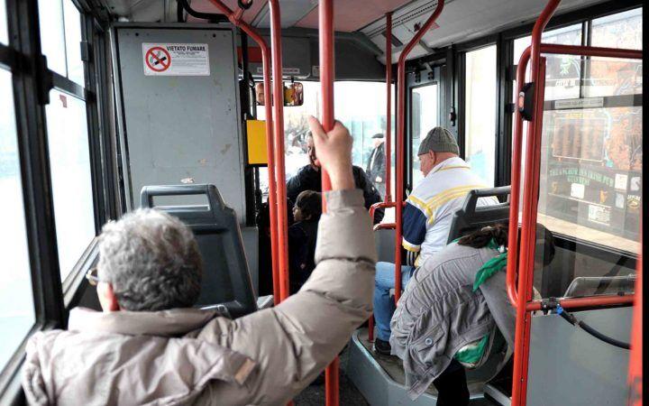 Napoli, uomo ustionato con l'acido sul sedile dell'autobus