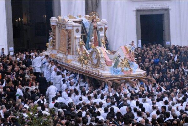 Immacolata: parroco vuole sospendere la processione per la pioggia, ira dei fedeli