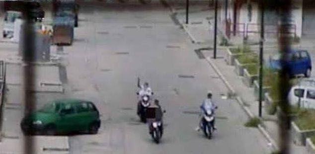 """Terrore tra Giugliano e Pozzuoli, commando armato sfila in strada: """"Qui comandiamo noi"""""""