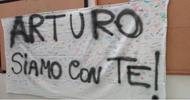 """Napoli 17enne accoltellato gli amici organizzano corteo """"Arturo siamo con te"""""""