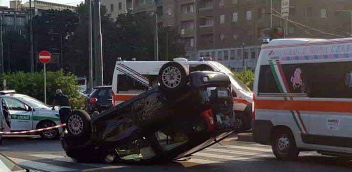 Brutto incidente a Mondragone, auto con a bordo nonno e nipoti si ribalta: trasportati in ospedale