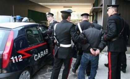 Blitz ad Aversa, tre giovani sorpresi a spacciare a bordo di un'auto: arrestati
