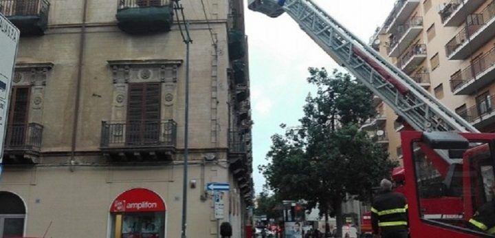 Paura a Mondragone: pezzo di cornicione si stacca e crolla. Vigili del fuoco in strada
