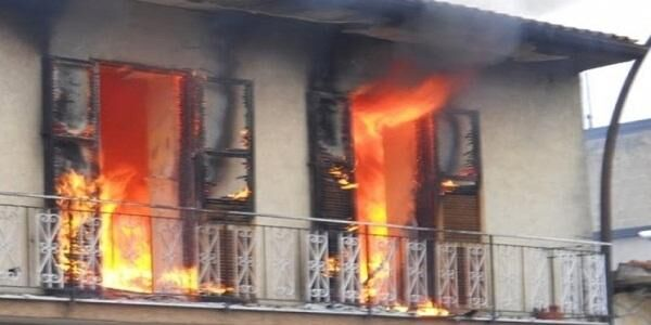 Casa in fiamme, morte tre persone. Forse suicidio