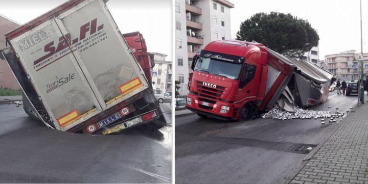 Scafati, un tir sprofonda nell'asfalto: conducente miracolato. FOTO