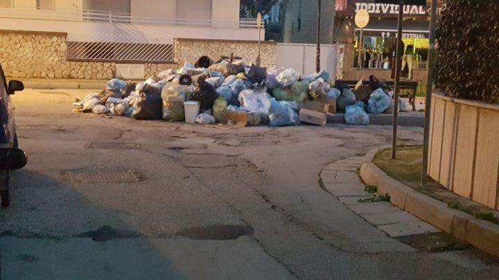 Orta di Atella, sacchetti dell'immondizia per strada. I cittadini protestano al comune