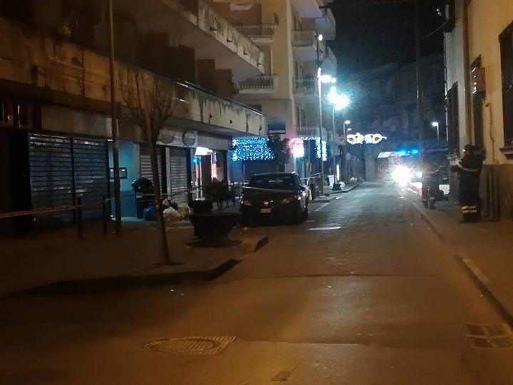 Giugliano, crollano calcinacci in piazza Annunziata: paura tra residenti e passanti