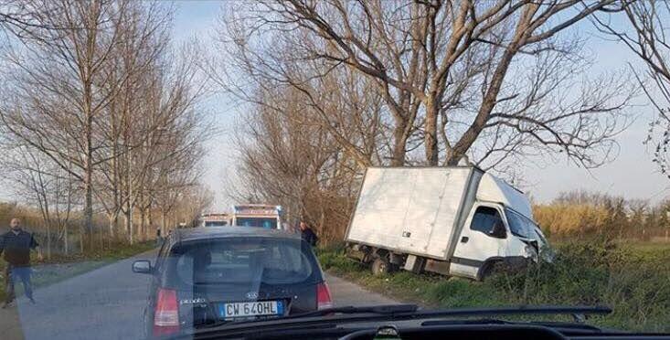 domitiana furgoni finiscono fuori strada