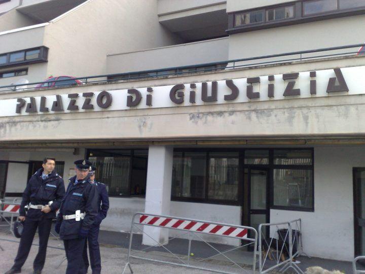 Napoli, va in tribunale per l'udienza di divorzio e finisce nei guai