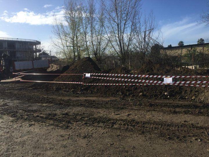 Giugliano, scoperta dalla municipale discarica abusiva: rifiuti interrati vicino al cimitero