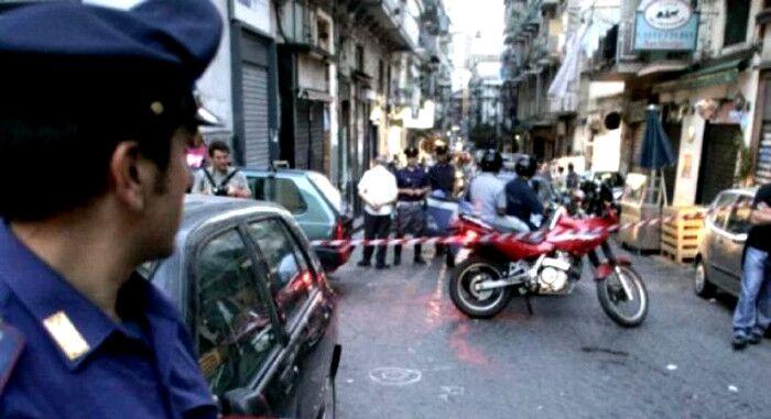 Sparatoria nel cuore di Napoli: colpito 17enne fuori circolo ricreativo