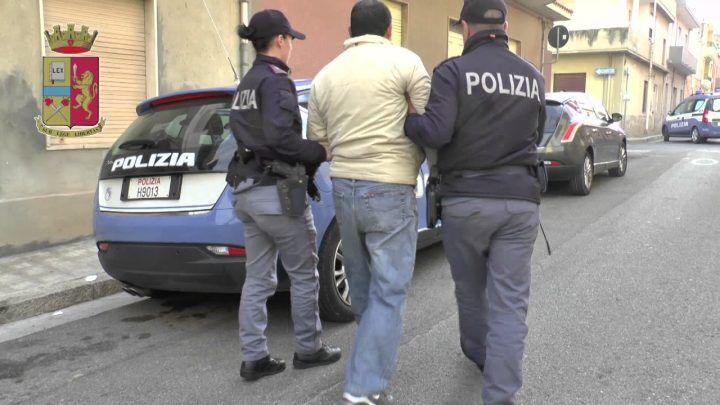 """Napoli. Non riconosce i poliziotti ed urla """"a chi devo dare questa roba?"""": due arresti"""
