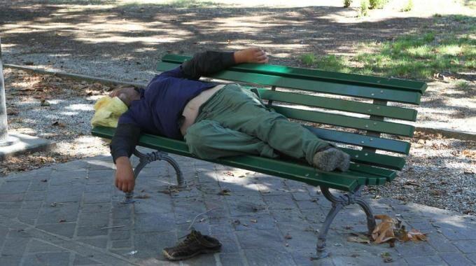 Avellino, 30enne trovato morto su una panchina: giallo sulle cause