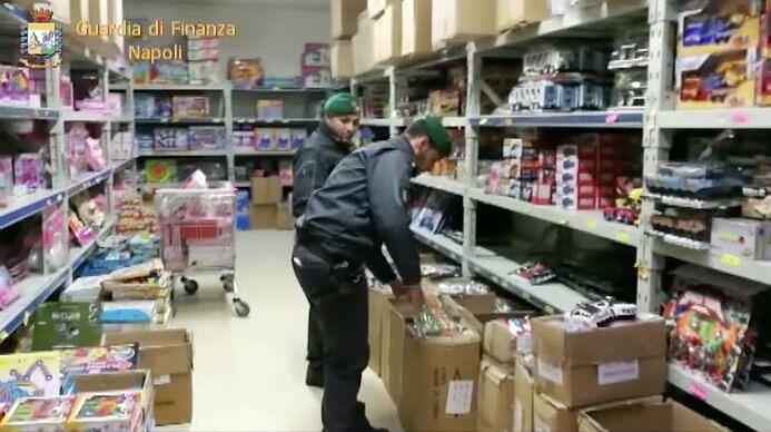 Napoli e provincia, maxi sequestro della finanza: trovati 260mila dolciumi e giocattoli non sicuri