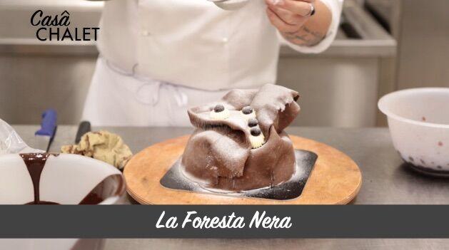 La Foresta Nera, la preparazione del dolce dello Chalet del Centro