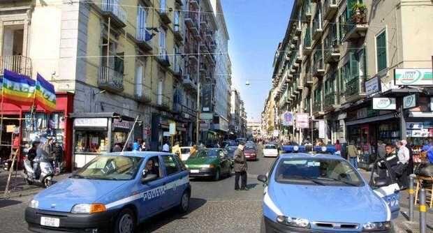 Napoli, incastrato da un sms: la polizia lo arresta mentre prende il caffè al bar