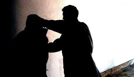"""Napoli, rapinatori """"sbadati"""": calci e pugni a un 23enne per rubare l'Iphone ma la vittima gli prende il borsello"""