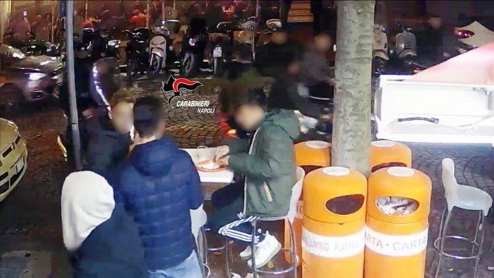 Ragazzi accoltellati al Vomero per uno sguardo di troppo: identificato l'aggressore
