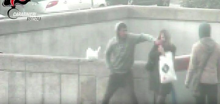 Napoli, scippo al Centro Direzionale: ragazza derubata dello smartphone. VIDEO