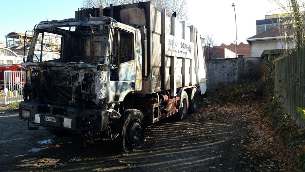 mondragone incendio camion rifiuti