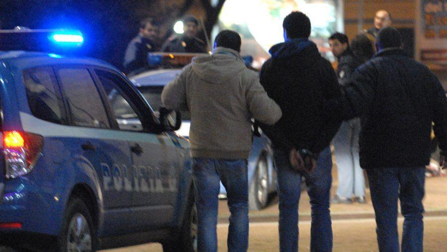 arresti aversa sorpresi a rubare in parco due di afragola