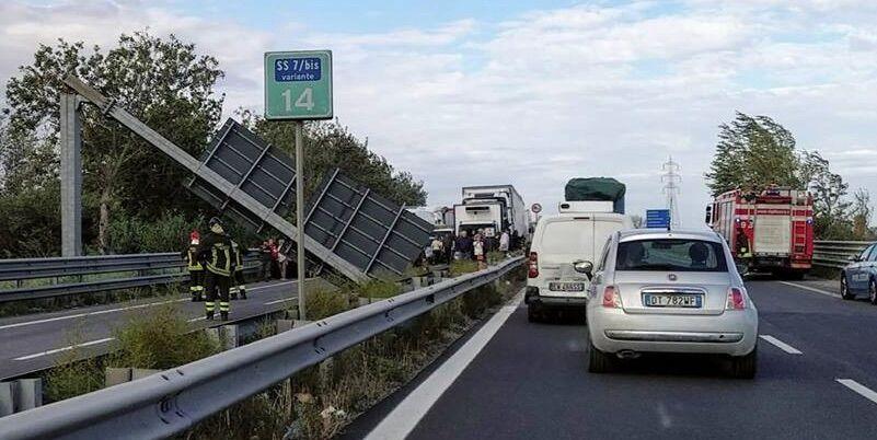 nola villa literno crolla cartellone traffico 25 settembre