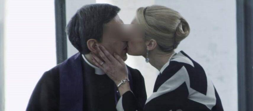 qualiano sesso col prete arrestata