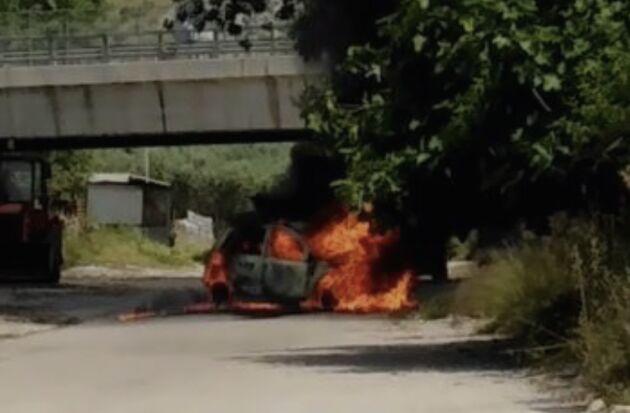 brucia viva in auto