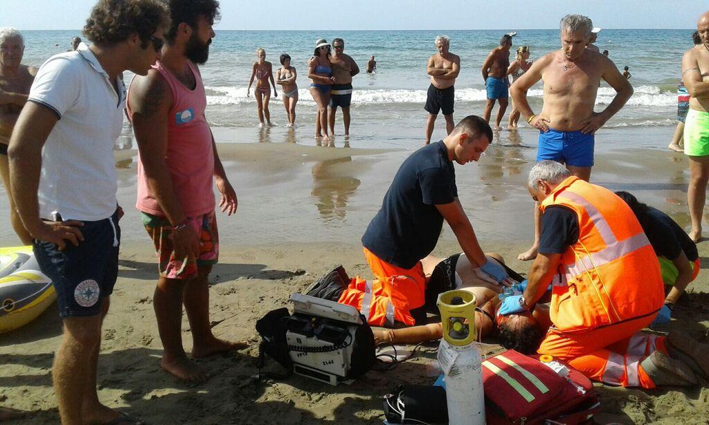 uomo muore in spiaggia