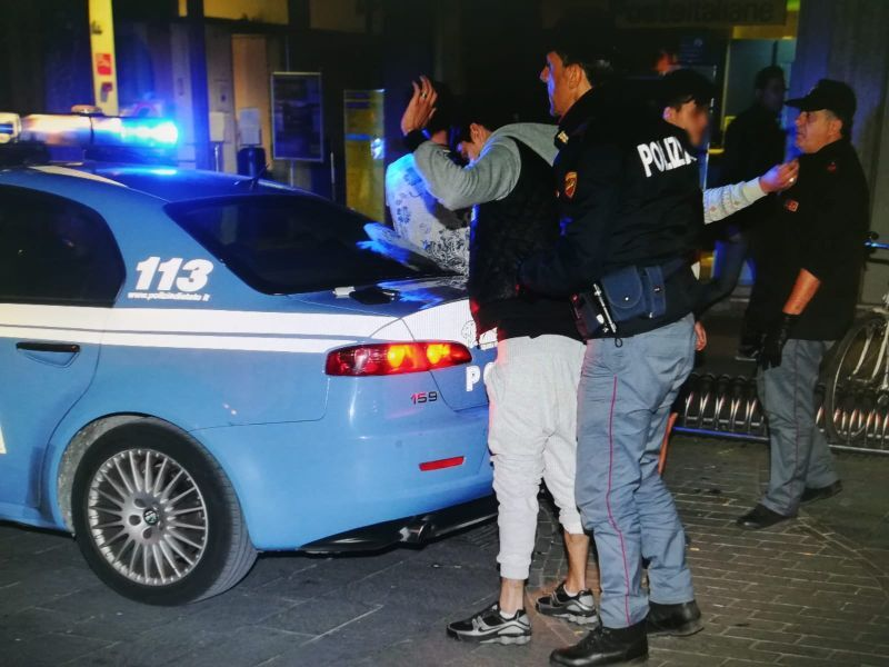 polizia arresti rapina fuorigrotta