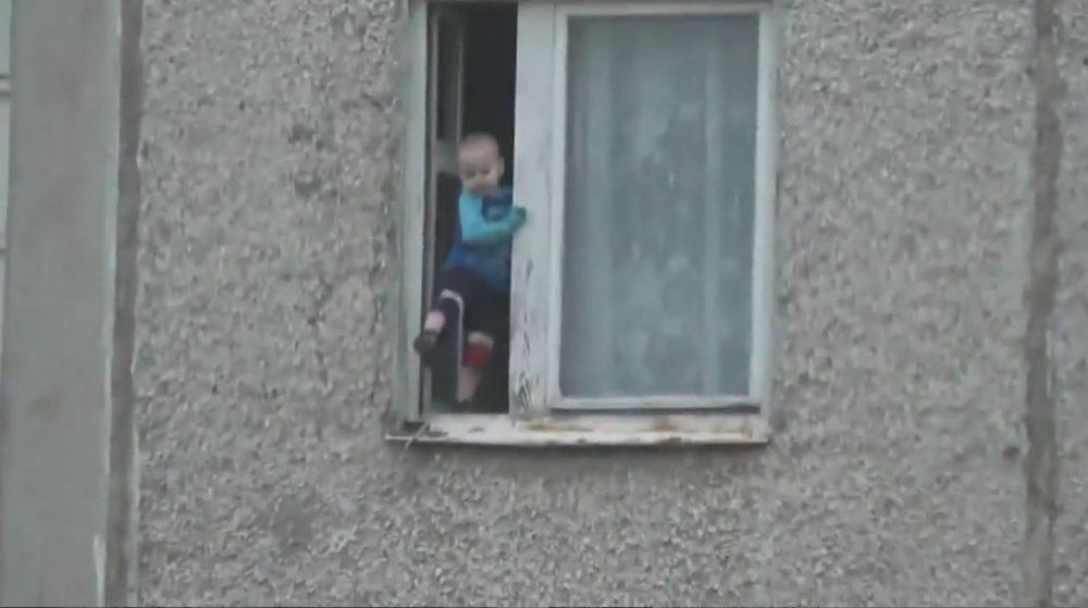 bimbo milano finestra si lancia