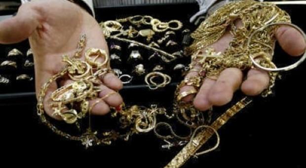 campania vende gioielli e inscena rapina