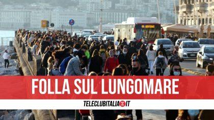 Covid a Napoli |  ancora folla sul lungomare |  in centinaia per strada