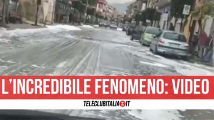 """""""Mistero"""" ad Acerra: dai tombini fuoriesce schiuma bianca che invade la strada. Video"""
