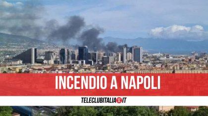 Napoli, vasto incendio nella zona industriale: a fuoco deposito di giocattoli