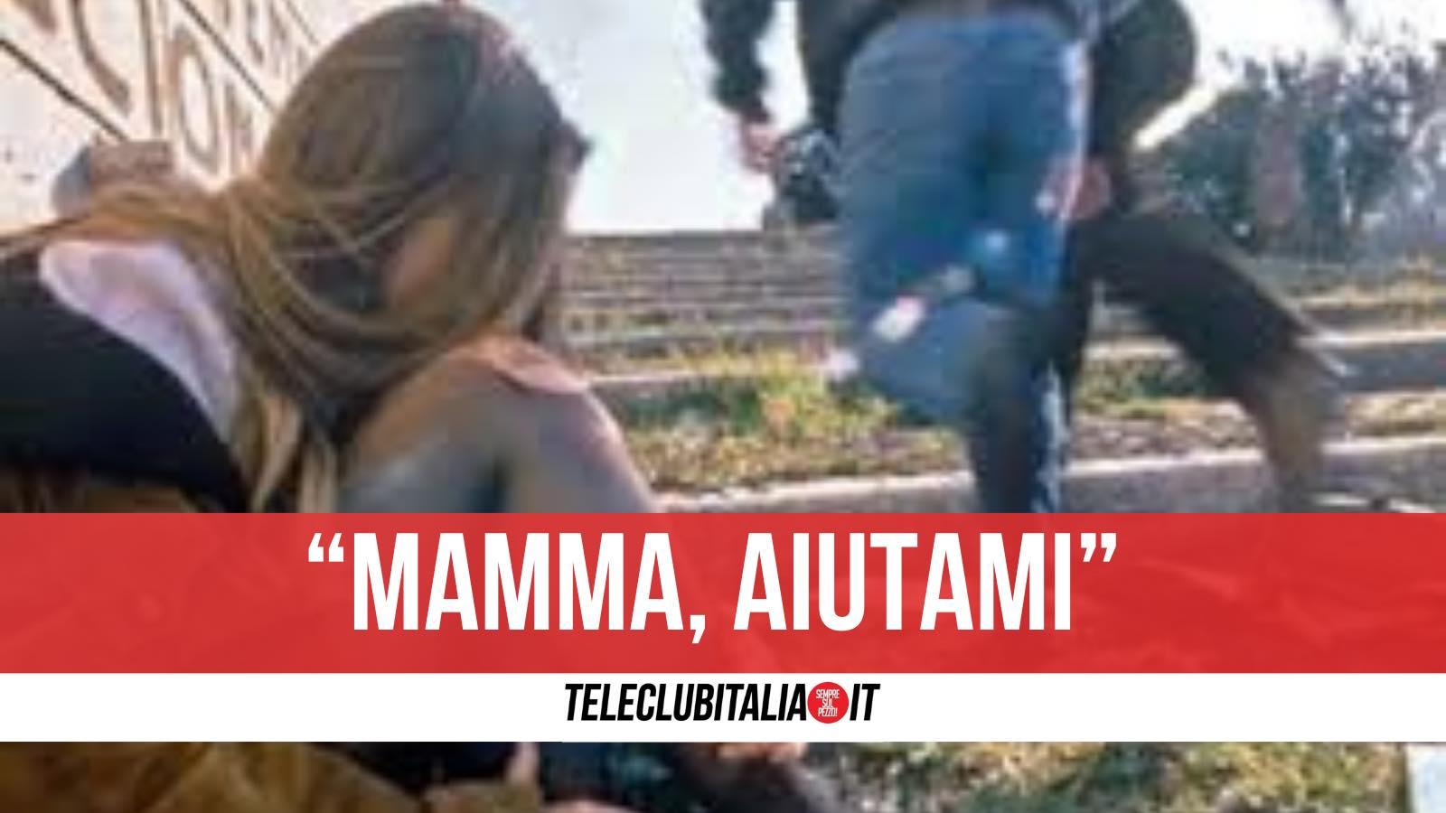 portici violenza urla a telefono con la mamma