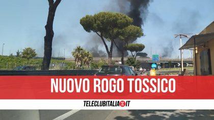 Napoli, nube tossica sull'area nord: a fuoco discarica di rifiuti