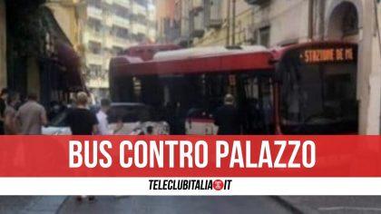 Paura a San Giorgio a Cremano, bus si schianta contro palazzo