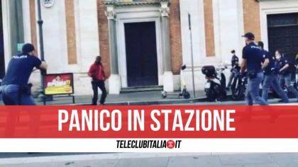 Panico a Roma: gira armato di coltello in stazione, polizia spara per fermarlo